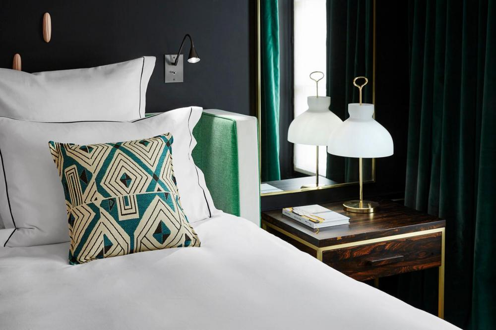 Le Roch Hotel & Spa - Chambre Prestige table de nuit