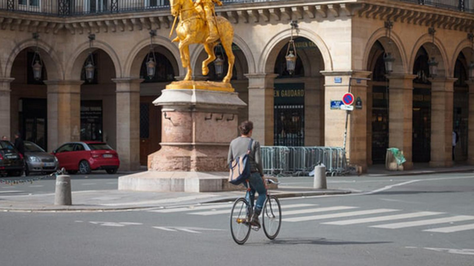 Discover Paris on the bikes available at the Roch Hôtel
